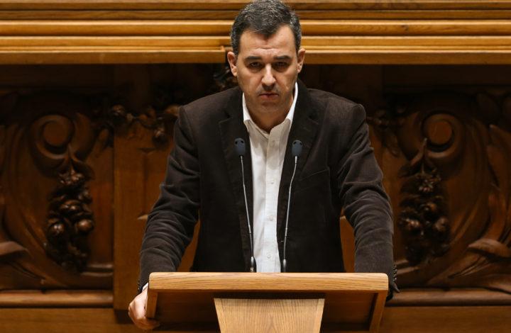 O deputado do partido PAN André Silva, intervém durante a discussão na especialidade do Orçamento do Estado para 2019 (OE2019), na Assembleia da República, em Lisboa, 29 de novembro de 2018. ANTÓNIO COTRIM/LUSA