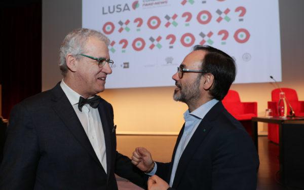 O presidente do Conselho de Administração da agência Lusa, Nicolau Santos (E), conversa com o seu homólogo da EFE, Fernando Garea (D), na abertura da Conferência