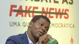 Um jornalista intervém na conferência