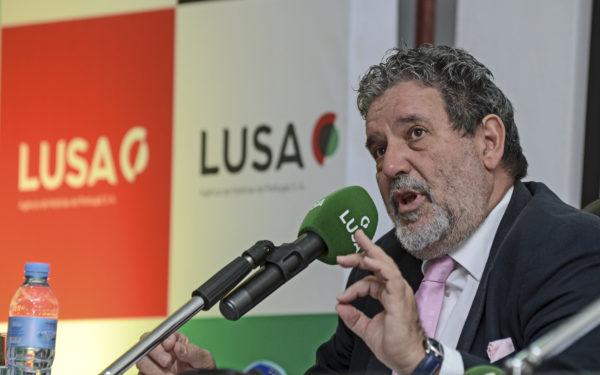 O presidente e jornalista da Mediacoop, grupo de media moçambicano, Fernando Lima, intervém durante a conferência