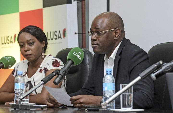 Nicolau Santos com os jovens jornalistas moçambicanos Ernesto Nhanale (D) e Selma Inocêncio (C) falando das suas experiências