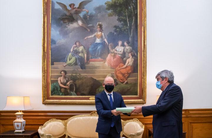 O ministro das Finanças, João Leão, entrega ao presidente da Assembleia da República, Ferro Rodrigues (D), o Orçamento de Estado para 2021, na Assembleia da República, em Lisboa, 12 de outubro de 2020. JOSÉ SENA GOULÃO/LUSA
